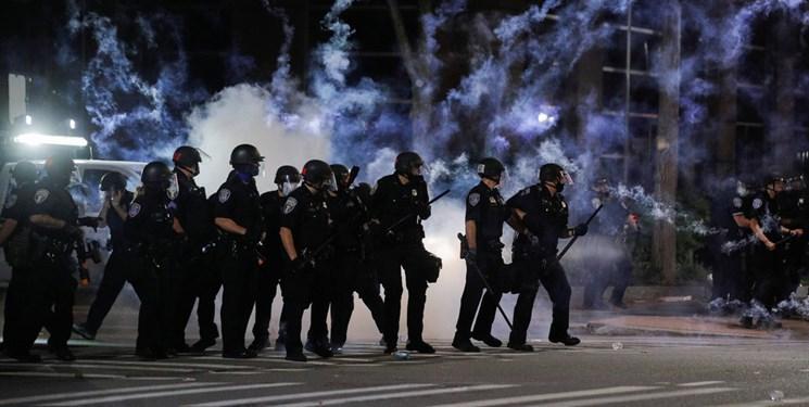 پلیس آمریکا به سمت معترضان گاز اشک آور شلیک کرد